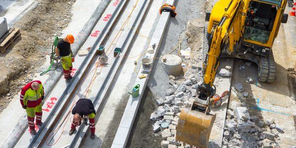 Arbeiter auf einer Baustelle, per GPS werden Betriebsstunden und Arbeitszeiten an geoCapture übertragen