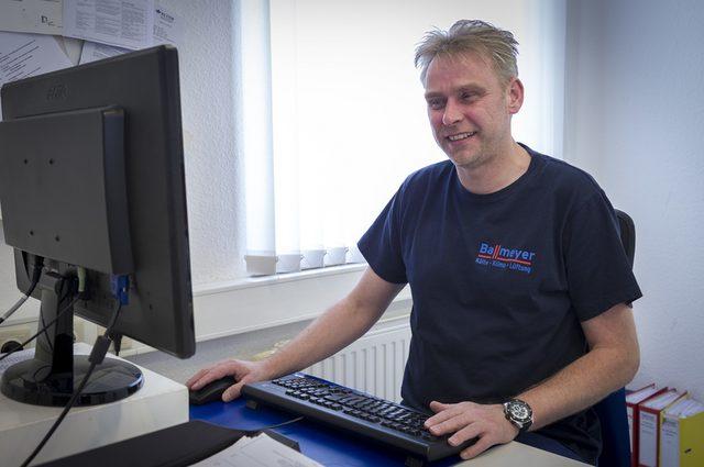 Mitarbeiter vor einem Computer nutzt geoCapture