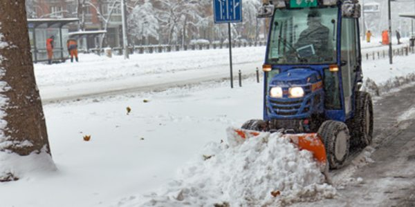 Tourenplanung per GPS im Winterdienst. Schneefahrzeug räumt die Straße