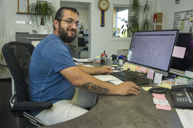 Mitarbeiter Spedition nutzt geoCapture am Computer