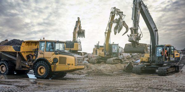 Baumaschinen auf der Baustelle