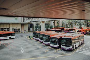 Busse auf einem Parkplatz, GPS-Ortung sorgt für reibungsloses Fuhrparkmanagement