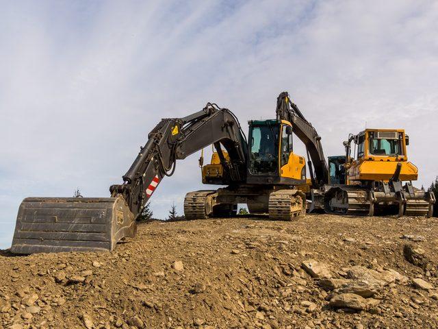 Baumaschinen auf einer Baustelle ausgestattet mit GPS-Ortung