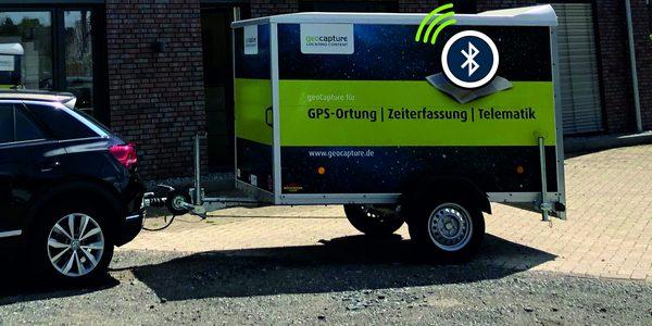 Auto vor dem geoCapture Büro mit Anhänger, der mit einem Beacon ausgestattet ist