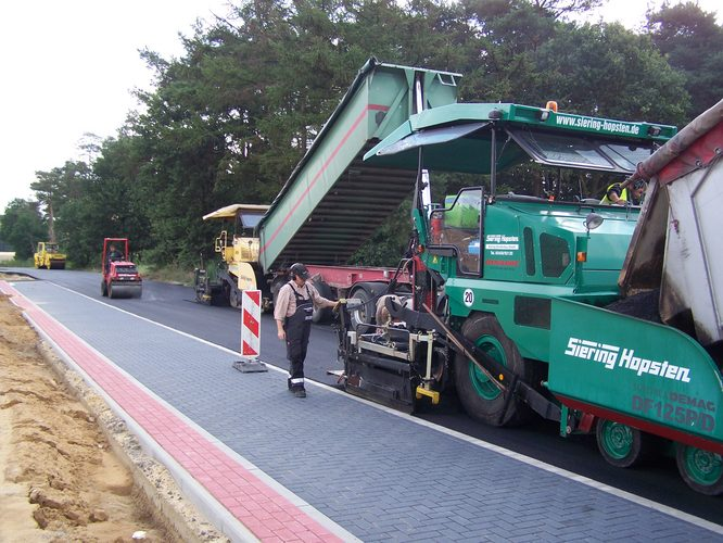 Straßenbau mit Baumschinen