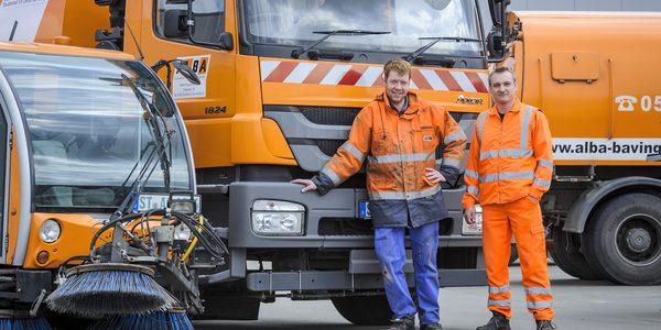 Mitarbeiter Straßenreinigung in Arbeitskleidung mit Reinigungsfahrzeugen