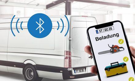 Ein Smartphone überprüft per Bluetooth die Beladung in einem Transporter