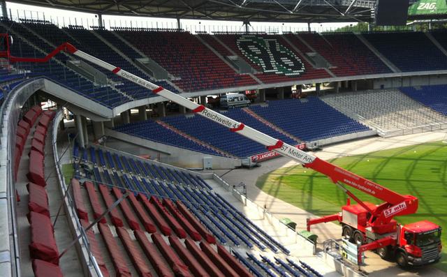 Hebebühne steht in einem Fußballstadion. Betriebsstunden werden per GPS ermittelt