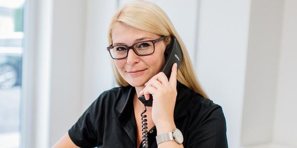 Mitarbeiterin berät Interessenten zu den GPS-Ortungs-Lösungen von geoCapture am Telefon