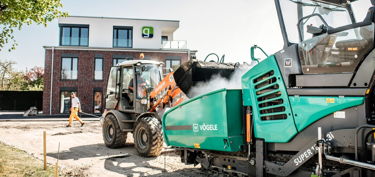 Baumaschinen vor Gebäude