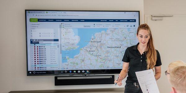 Kartendarstellung GPS-Ortung, Mitarbeiter stellt Lösung vor
