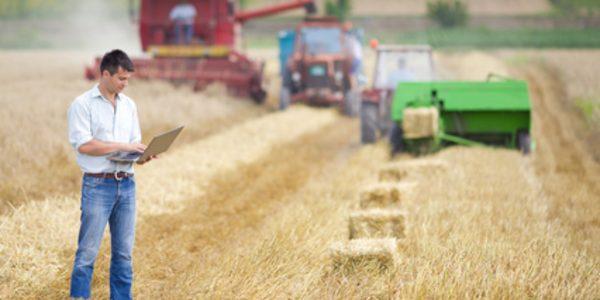 Landwirt auf dem Feld, Maschinen im Hintergrund, geoCapture im Einsatz