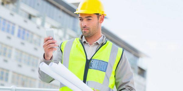 Arbeiter auf der Baustelle verwaltet digital Projekte bei geoCapture